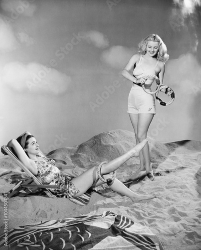 Obrazy vintage   two-women-relax-at-the-beach