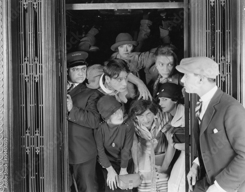 Photo sur Aluminium Retro Overcrowded elevator