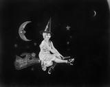 Z mężczyzną na Księżycu i wiedźmą na miotle lot fantazji rozświetla nocne niebo - 104451433