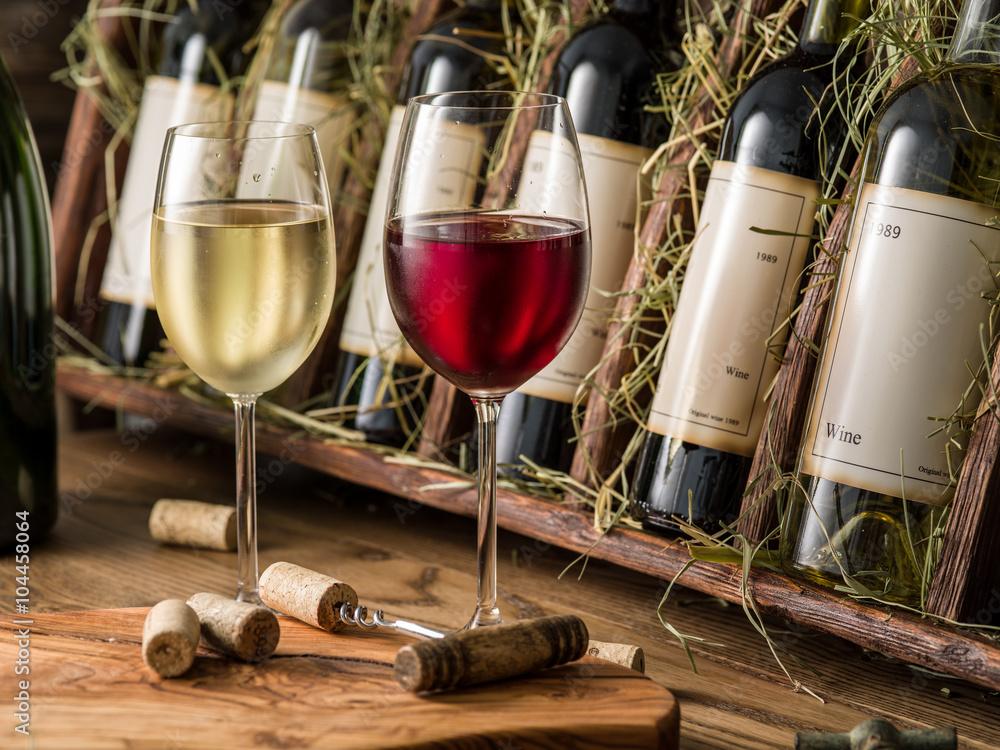 Fotografie, Obraz  Láhve vína na dřevěné polici.