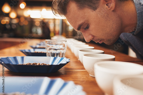 Fotografía  Man smelling aromatic coffee at a tasting