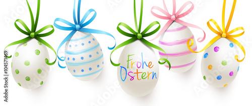 Bunt bemalte hängende Ostereier mit Schleifen - Frohe Ostern