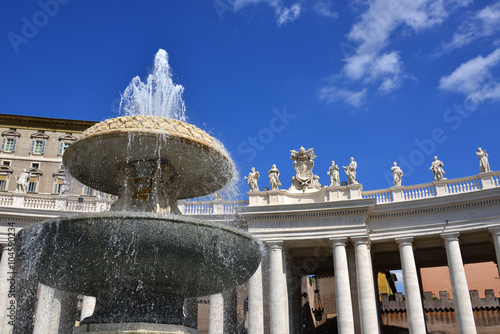 Photo  Baroque fountain and Colonnade in Saint Peter's Square, designed by Bernini