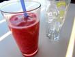 Granita alla fragola e bicchiere pieno di ghiaccio con limone
