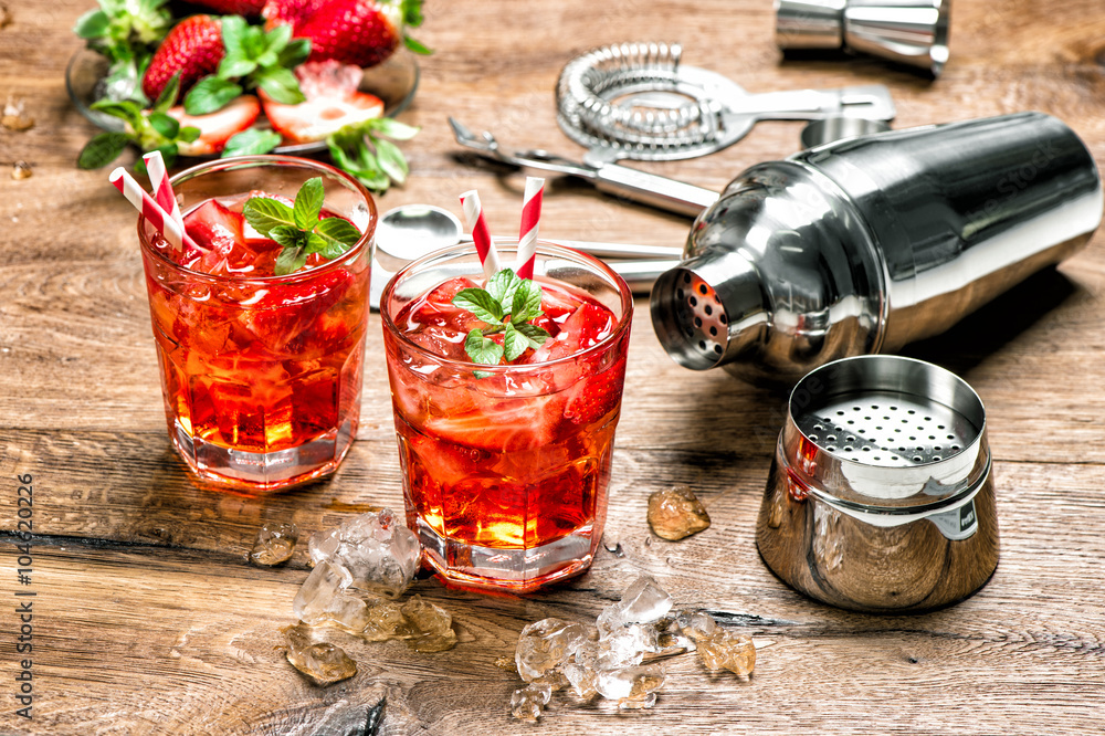 Fotografie, Obraz  Červený nápoj s ledem. barové nástroje Cocktail making