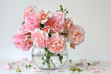 FototapetaBouquet of pink roses in a vase. Romantic floral still life with garden roses.