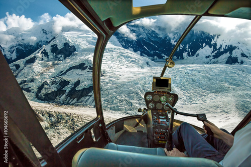 Tuinposter Helicopter Helicopter cockpit flying. Spectacular glaciers of Denali National Park, Alaska, United States.