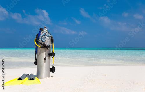 Foto op Aluminium Duiken Taucherflasche mit Taucherbrille, Flossen und Atemregler am Strand