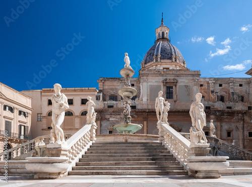 La pose en embrasure Palerme Stairs of the fountain in Piazza Pretoria, Palermo