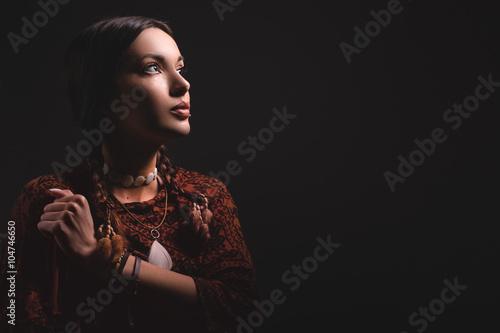Photo portrait of beautiful native american woman/ portrait of beautiful native americ