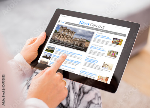 Fotografia  Sample news website on digital tablet. Contents are all made up.