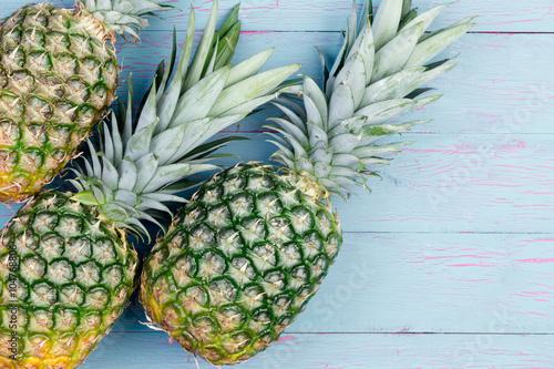 Foto  Three fresh green tropical pineapples