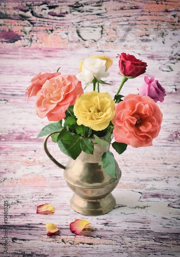 roze-roze-milosci-fotografia-roze-roze-na-drewnianym-tle-piekne-roze-prezent-roz