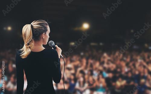 Donna con microfono su palco pubblico Canvas Print