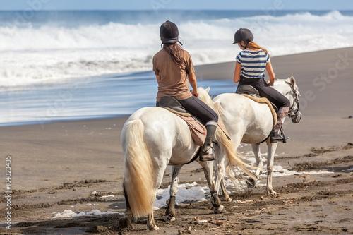 Fotobehang Paardrijden randonnée équestre, promenade à cheval sur plage