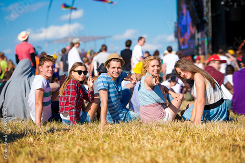 Poster Magasin de musique Teenagers, summer music festival, sitting in front of stage