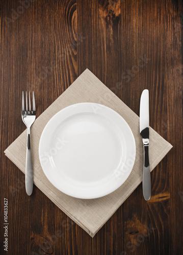 Zdjęcie XXL Talerz, nóż i widelec na drewnie