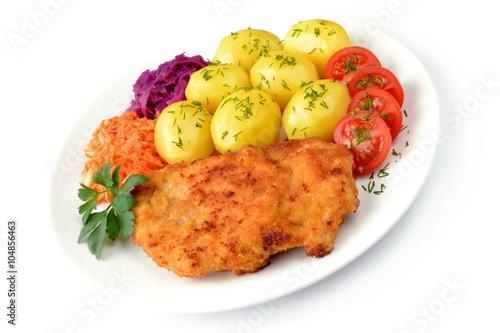 Fototapeta smażony filet drobiowy z ziemniakami, pomidorem i surówkami obraz