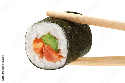 Foto  Sushi rolls with avocado, salmon and spicy sauce. Chopsticks.