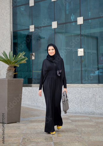 Photo  Emarati Arab Business woman walking from the office
