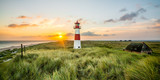Latarnia morska o wschodzie słońca na liście na Sylcie - 104899643