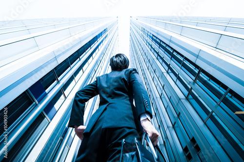 高層ビルを見上げるビジネスマン,ローアングル,オフィスビル Canvas Print