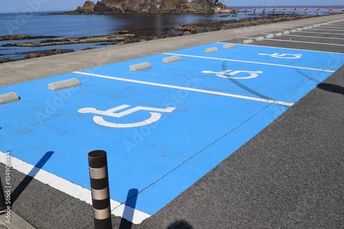 Valokuva  障害者用駐車場/山形県庄内地方で、車椅子マークがペイントされた障害者用駐車場を撮影した写真です。