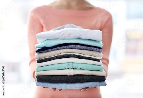 Fotografía  Woman hold clothes pile, close up