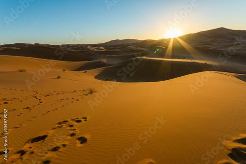 Poster Abou Dabi Sunrise over sand dune in the desert