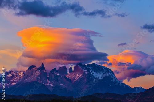 Fototapeta Chmury i góry oświetlone przez zachodzące słońce na wymiar