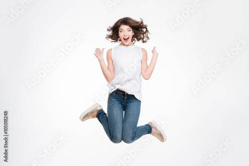 Photo  Full length portrait of a cheerful cute woman jumping