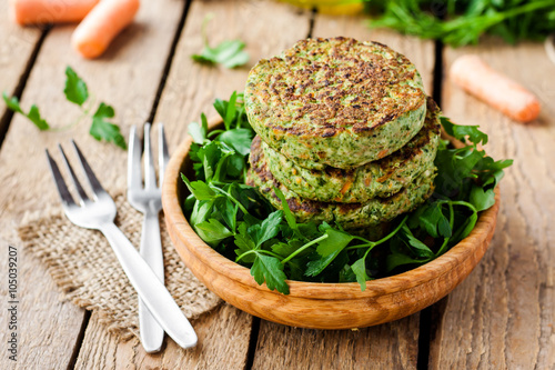 Fototapeta veggie burger with spinach and vegetables obraz