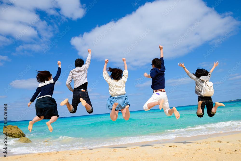 Fototapeta ビーチでジャンプをする若者