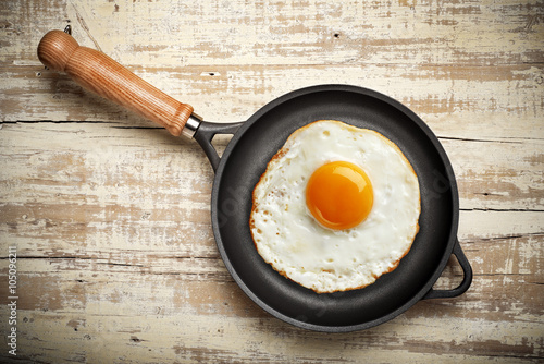 Fotobehang Gebakken Eieren vintage frying pan with egg