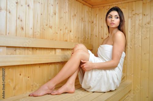 Fototapeta Młoda kobieta w saunie. obraz