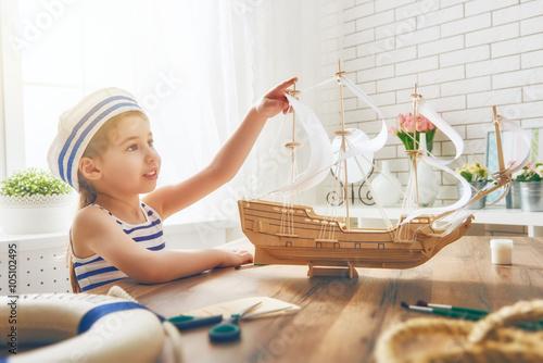marzenia-o-morzu-przygodach-i-podrozach-dziewczynka-z-zabawkowym-zaglowcem