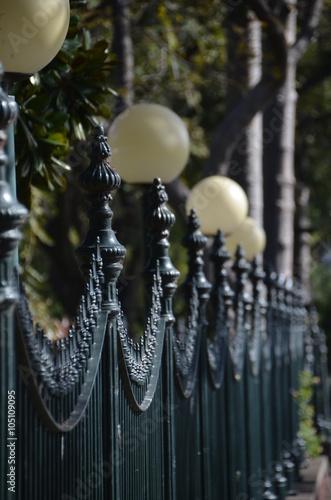 Foto  Zaun mit Lampen im Stadtpark