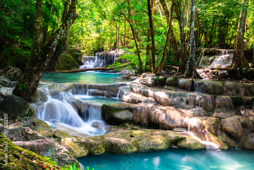 Poster Watervallen Beautiful waterfall in the deep forest