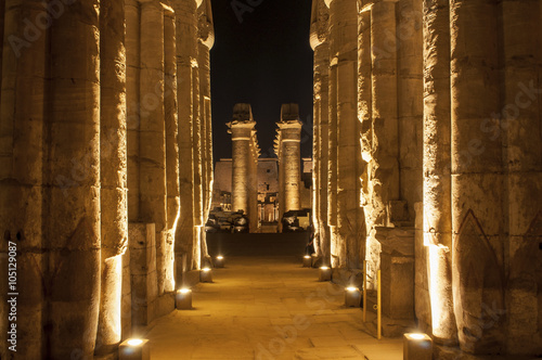 La pose en embrasure Edifice religieux Famous Luxor temple complex at night