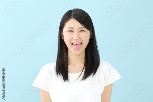 Fotografia, Obraz  舌を出す若い女性・ブルーバック