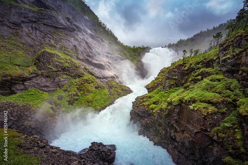 Montage in der Fensternische Wasserfalle Waterfall Kjosfossen, Flamsbana, Norway