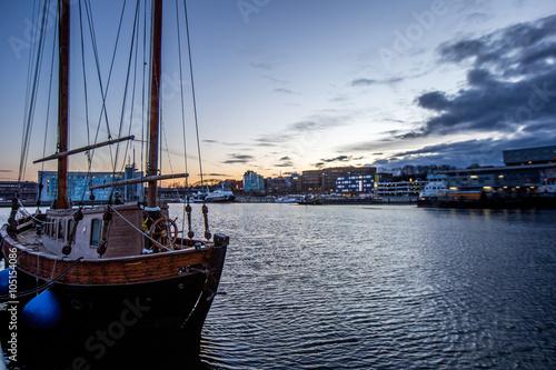 Foto op Plexiglas Stad aan het water Segelschiff im kieler Hafen
