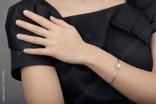 Cuadros en Lienzo Close up Detail of a Bracelet on a Female Hand Model