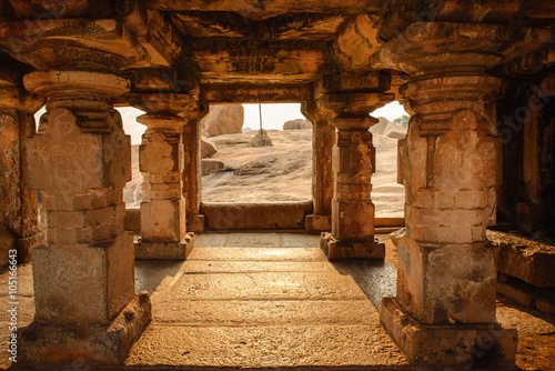 Spoed Foto op Canvas Bedehuis Beautiful architecture of ancient ruines of temple in Hampi