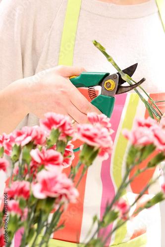 Fototapeta Układanie kwiatów. W kwiaciarni obraz