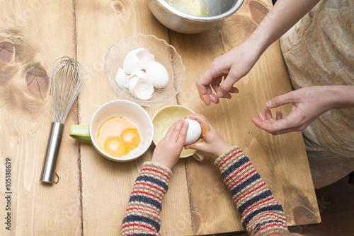 Fotografía  卵を割る親子