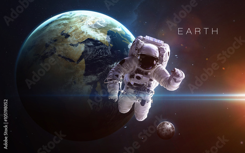 astronauta-lewituje-na-tle-ziemi