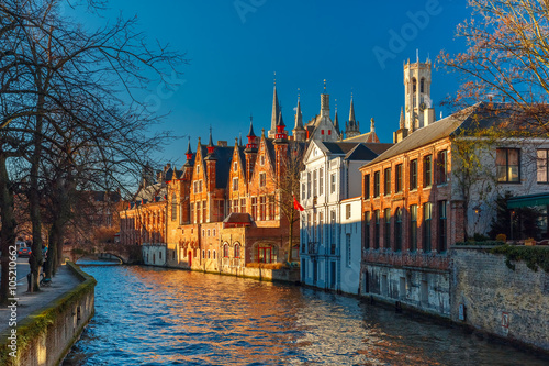 In de dag Brugge Scenic cityscape with a medieval tower Belfort and the Green canal, Groenerei, in Bruges, Belgium