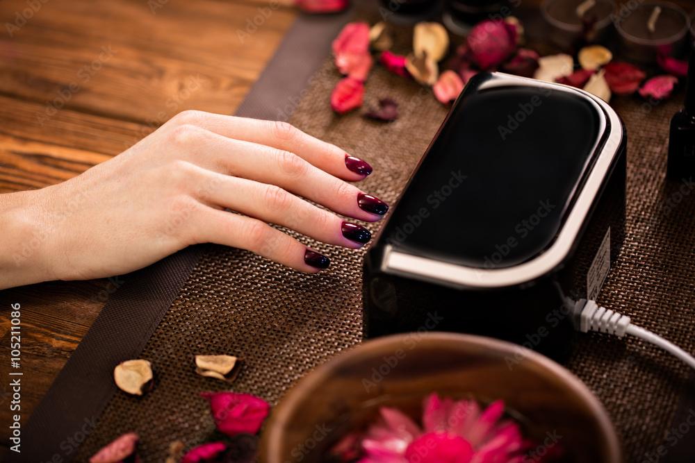 Gros soins des ongles par un spécialiste de la manucure dans le salon de beauté Poster