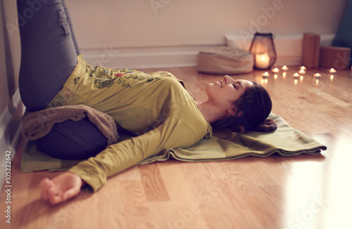 Staande foto School de yoga Attractive mixed race woman doing restorative yoga